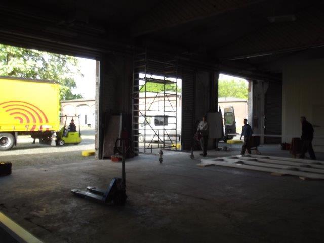 Im Moment herrscht Großbetrieb auf unserer Baustelle - und mit jeder Stunde schreitet der Tiefkühllagerbau und der Ausbau der Versandhalle voran.